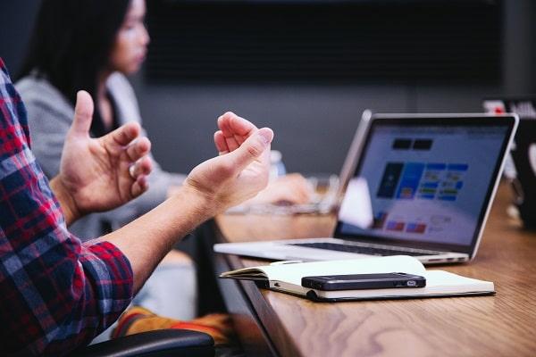 manos hombre-computadora-mujer-detras