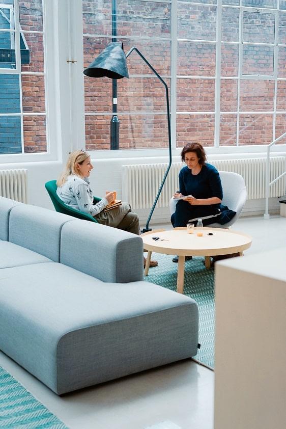 mujeres-conversan-café-sillon