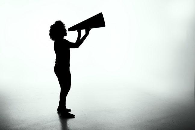 silueta-mujer-megafono