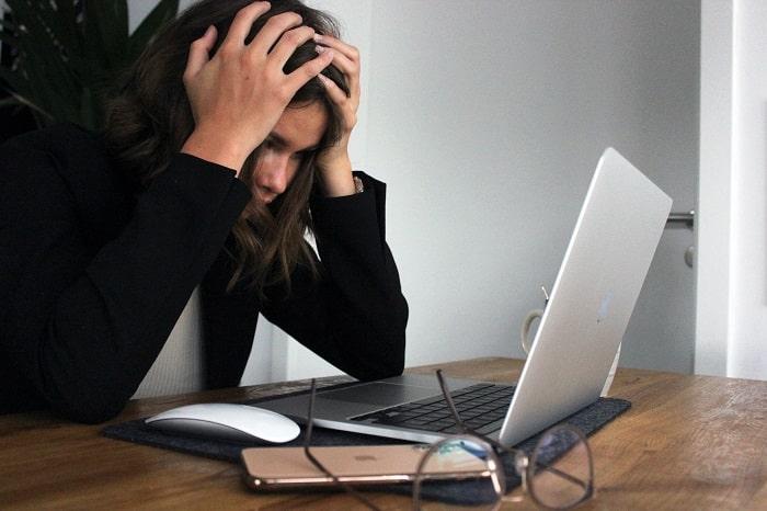 mujer-estresada-laptop