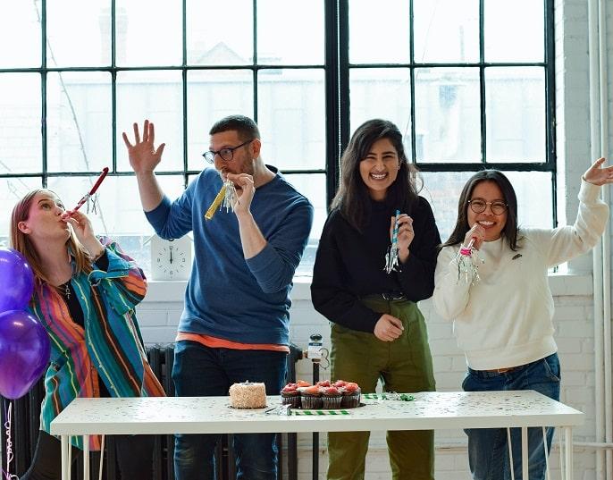 hoombres-mujeres-oficina-celebran